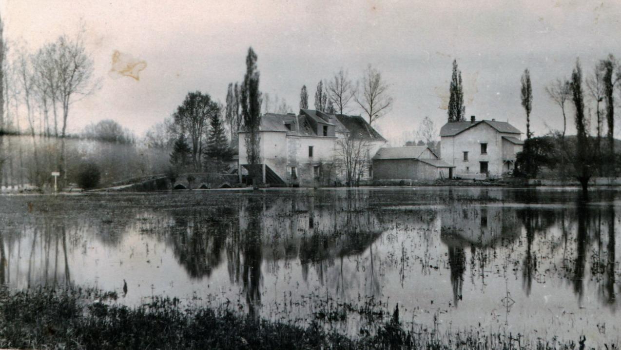 1930 à 1940 - Vue sous la crue moulin et maison vu d'aval